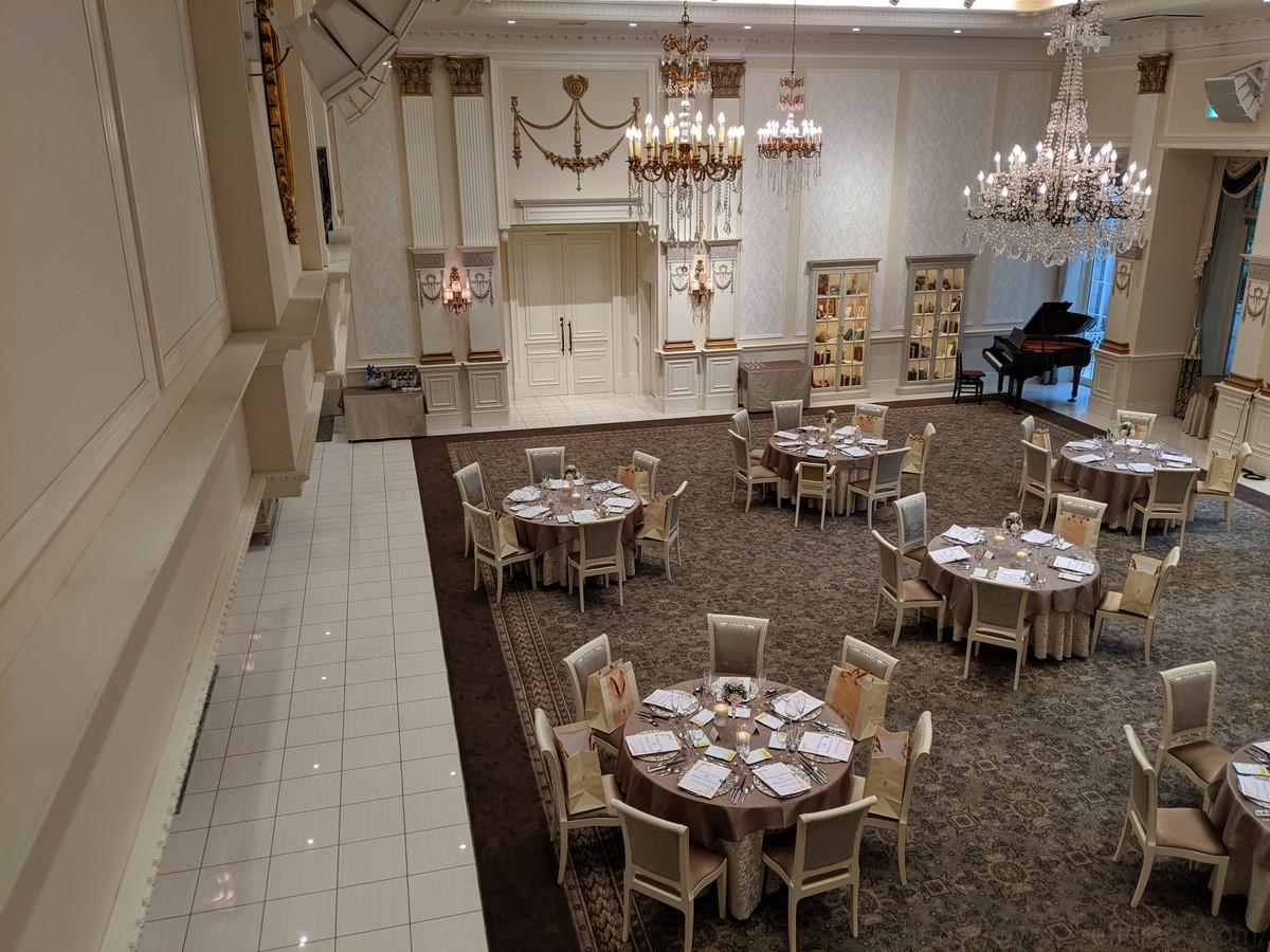 白を基調としたTHE結婚式といった感じの披露宴会場